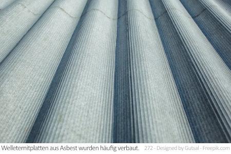 Welleternitplatten wie diese enthalten oft Asbest. Da diese Platten äußerst beliebt waren, findet man sie auch heute noch auf Garagen- oder Schuppendächern.