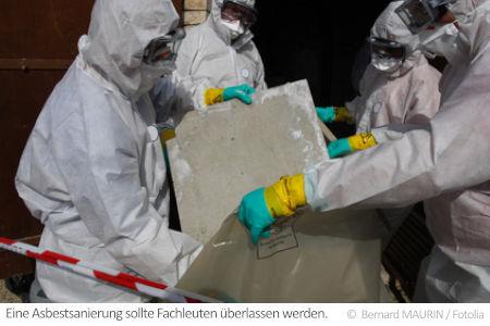 Eine Asbestentsorgung wie hier wird von einer dafür geprüften Fachfirma in Schutzkleidung ausgeführt.